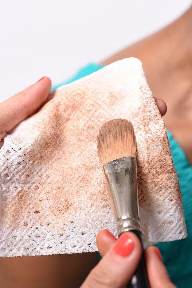 Utiliza una toallita de maquillaje con textura para limpiar las brochas cuando termines una aplicación.