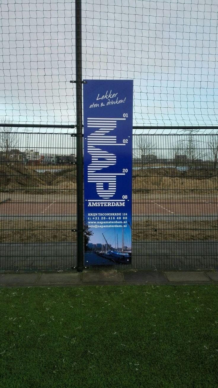 Een reclamebord langs de kant van het voetbalveld. In verschillende maten mogelijk.