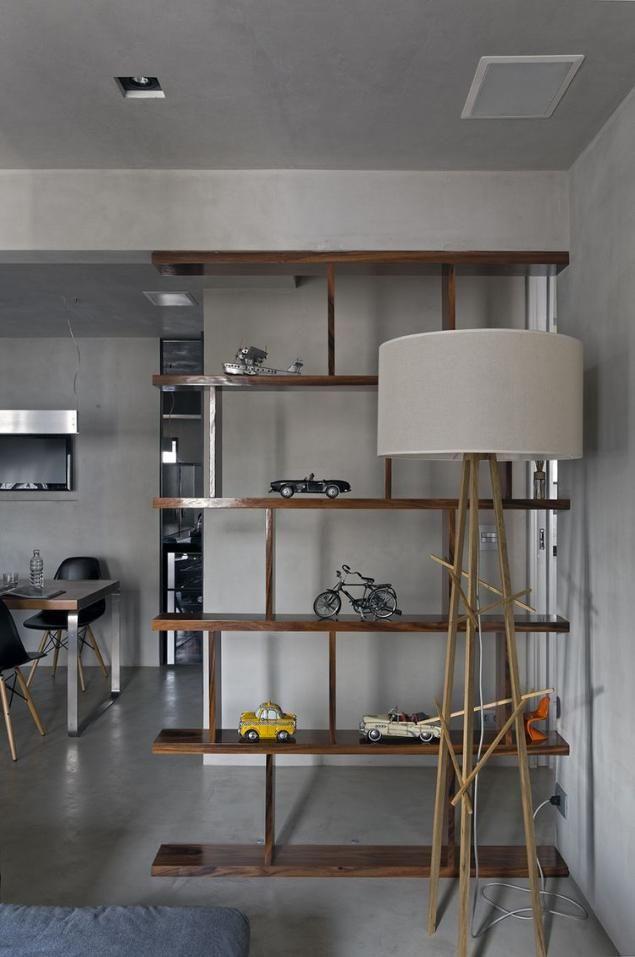 egységes, markáns lakberendezés, szürke cement padló és falak, fa elemek - egy férfi modern lakása