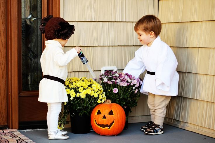 Twin DIY Halloween Costumes - How Do You Do It? http://hdydi.com  B/G twins as Luke and Leia! (originally from http://professionaltwinmommy.blogspot.com/2011/11/our-diy-princess-leia-and-luke.html)