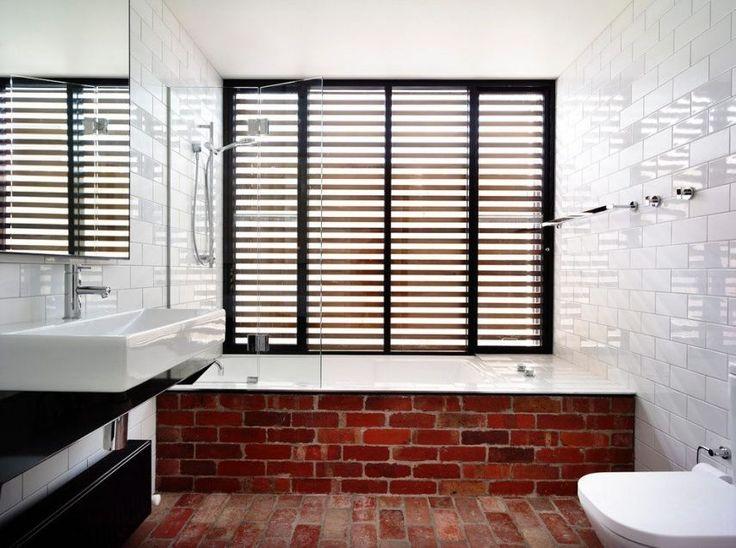 Tégla padlón és a fürdőkád külső falaként