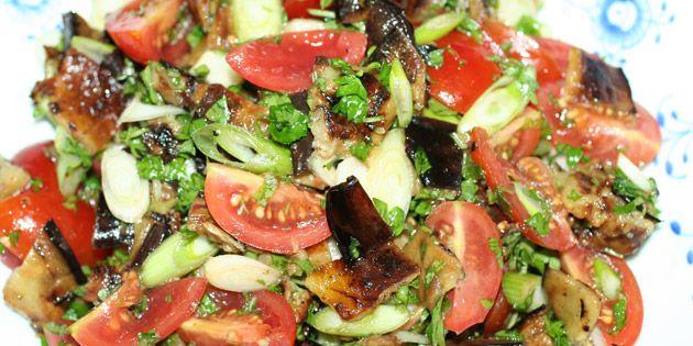 Græsk auberginesalat med hvidløgsstegte auberginer, som har en helt utrolig dejlig smag.