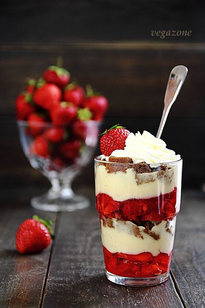TRIFLE with strawberries and CUSTARD SAUCE This could easily be done in the large trifle dish.:)