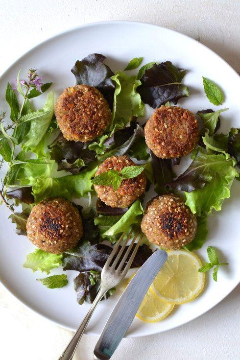 Bonjour, mes chers gourmands ! Me voici de retour avec une nouvelle recette du monde très appréciée des végétariens car riche et nutritive mais aussi savoureuse. À base de pois chiches (l'une des légumineuses les plus complètes), les falafels sont très...