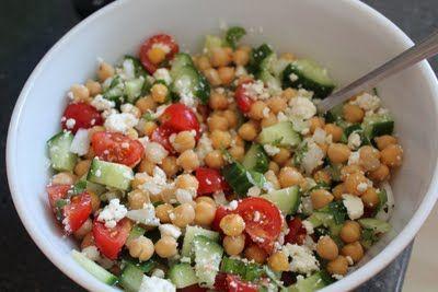 Salade d'été -- pois chiches tomates comcombre oignons rouge feta vinaigre balsamique huile d'olive