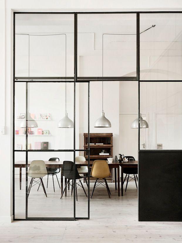 Esquadrias de vidro também podem ser usadas como divisórias de ambientes. Com estrutura em ferro, conferem um visual industrial moderno, isolando espaços sem interromper a comunicação visual entre eles. Se preferir controlar a luz, um recurso é optar por cortinas para serem acionadas de acordo com a necessidade.