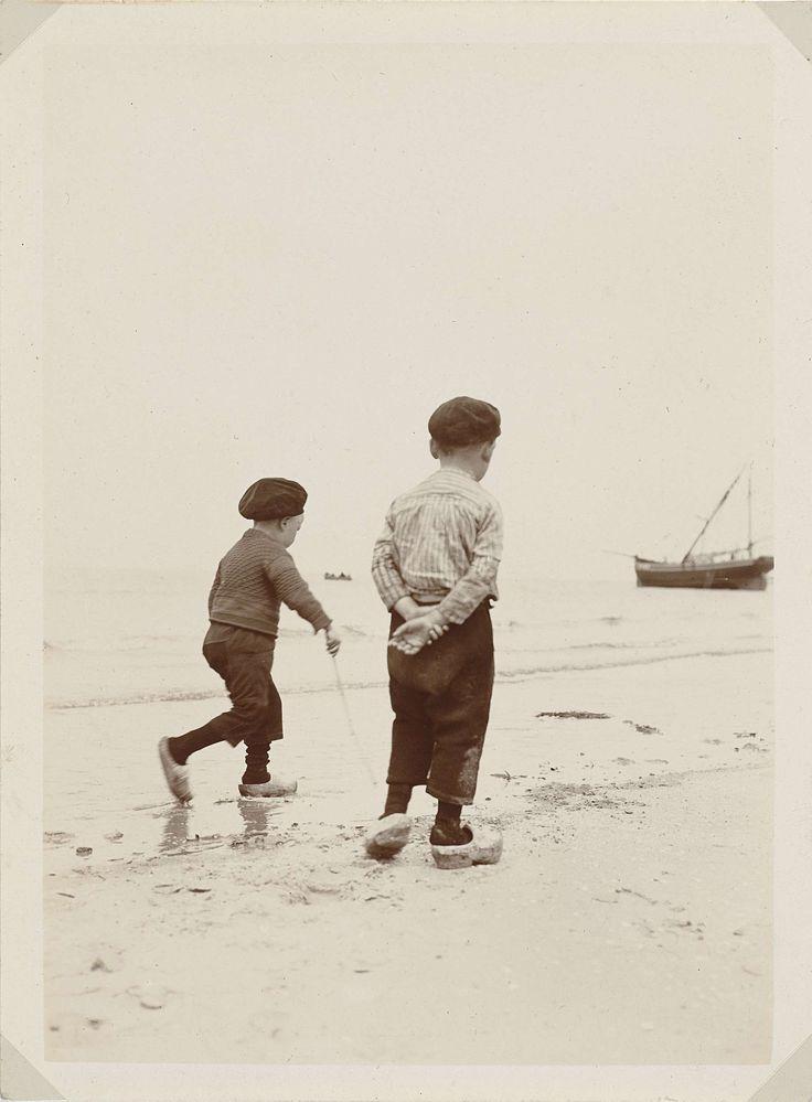 Twee jongens op het strand van Scheveningen, James Higson, 1904 #ZuidHolland #Scheveningen
