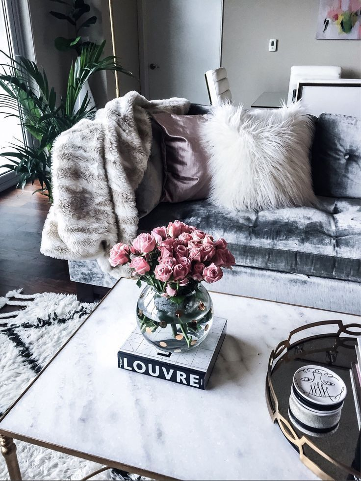 Houston fashion and lifestyle blogger Tiffany Jais sharing weekend deals, click to read more! | Kate Spade gold polka dot vase and The Louvre book