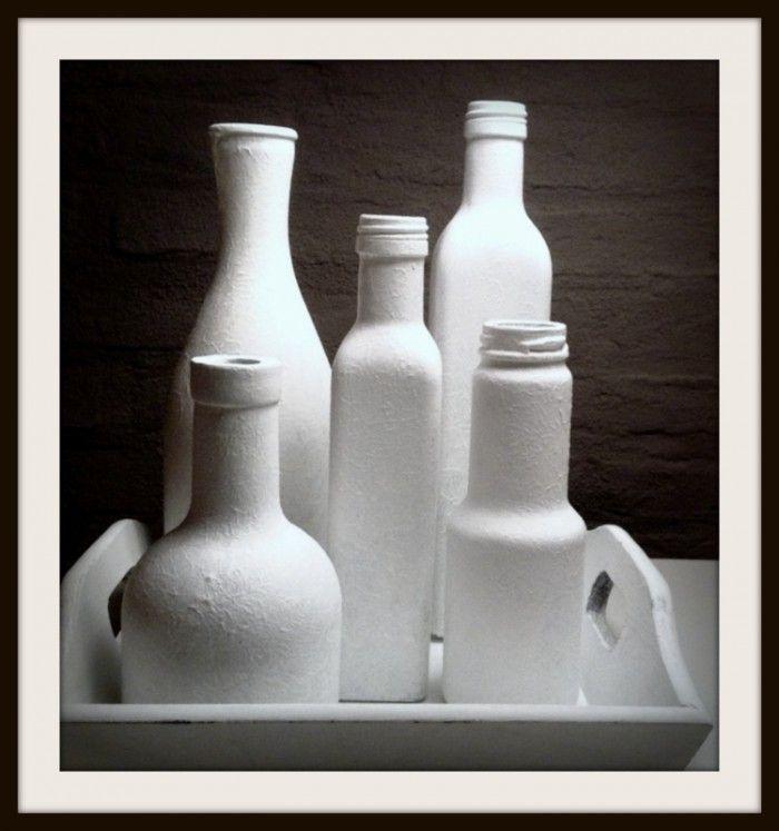 Ik verzamelde wat flesjes en kocht Gesso (Action). Daarna de flessen getamponneerd met de Gesso.  Een erg leuk resultaat!