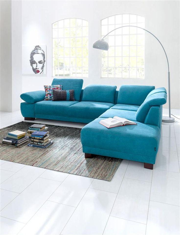 Intérieur moderne avec canapé coloré en bleu