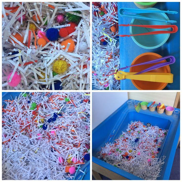 Motoriekhoek in mijn groep. Gekleurde pomponnetjes tussen de papiersnippers zoeken en pakken met een pincet.