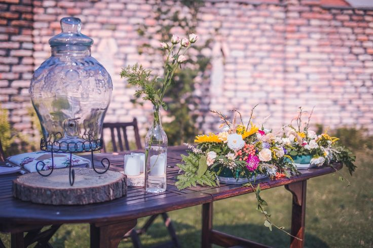 Stolik z księgą gości. Na nim słój do lemoniady, świeca, bukiety./ Dekoracje plenerowe. #wedding #decoration #lemonade #weddingidea