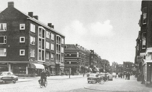 1957 toen de oorlogsschade grotendeels was hersteld, waren in de nieuwe winkels gevestigd:  Van de Meer en Schoep Bakkers, Breur IJzerhandel en op de hoek van de Adamshofstraat De Gruyter, op de andere hoek een winkel van CJamin, daarnaast was een kapper gevestigd, Jan Nekeman en op de hoek van de Aegidiusstraat Bakkerij van Duyn