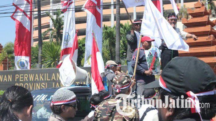Tuntut Pembongkaran Patung Dewa Perang di Tuban, LSM Gelar Aksi Demo di DPRD Jatim