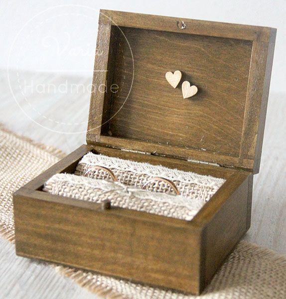 Rustykalne pudełko na obrączki z małymi sercami i jutą