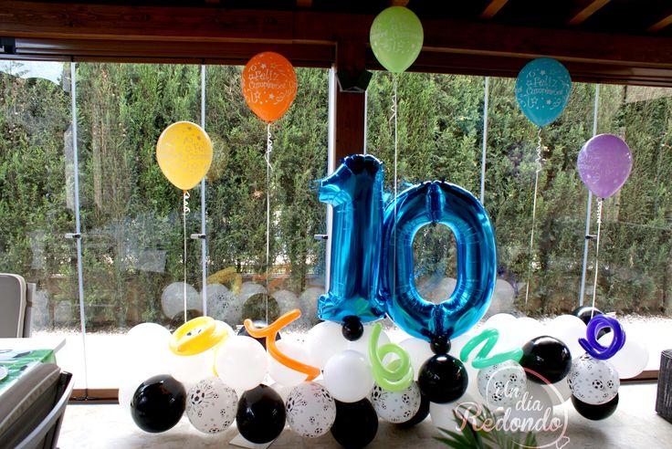 Décimo cumpleaños futbolero decorado con globos. * Decé aniversari futboler decorat amb globus.