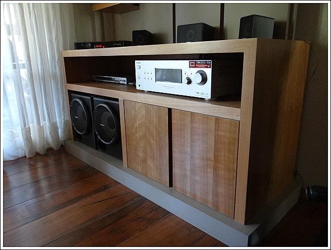 Mueble base enchapado en madera natural, con tirador oculto en vertical. Base de mueble lacada.