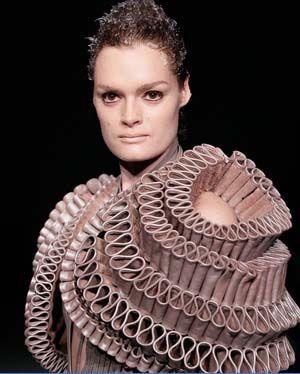Iris van Herpen maakt fashion met behulp van handwerk, innovatie en techniek. Ze werkt samen met verschillende mensen als architecten, filmmakers en choreografen. Ik vind haar echt een geweldige ontwerpster. Trots dat ze Nederlandse is. Haar ontwerpen zijn heel uniek en een geweldige inspiratiebron, omdat het gewoon kunst is.