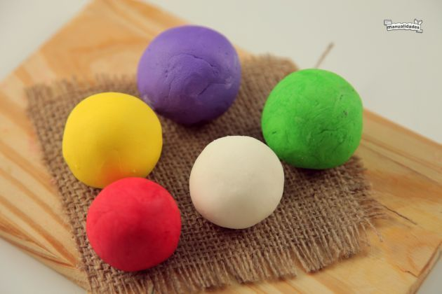 Como teñir porcelana fria: Materiales: Tres porciones de porcelana Acuarelas de colores Pinturas al oleo Polvo de jugo instantáneo