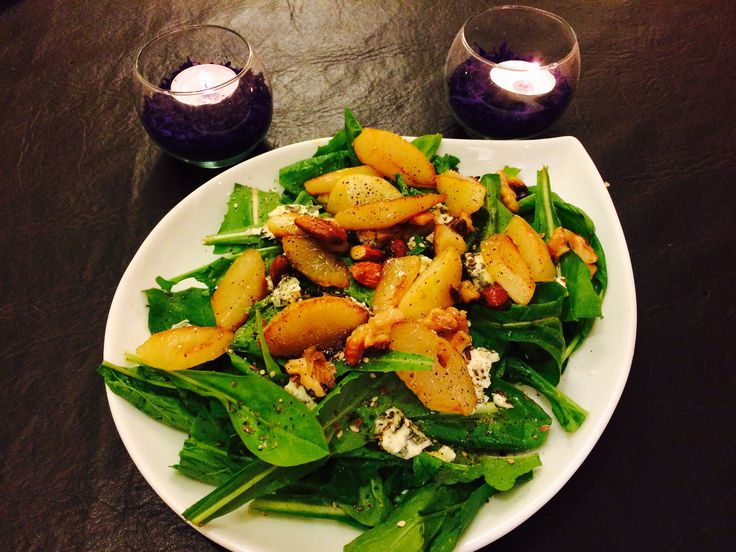 Ensalada de hojas verdes, queso azul, frutas secas y peras caramelizadas!
