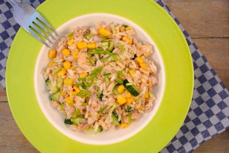 """Bij een salade denk ik meestal meteen aan sla met komkommer, tomaat en een lekkere dressing. Maar een lekker alternatief voor een """"gewone"""" salade is een rijstsalade. Wij hebben een lekkere rijstsalade gemaakt met tonijn, maïs, komkommer en sjalot. Tijd: 20-25 min. Recept voor 2 personen Benodigdheden: 150 gram rijst 1 blikje tonijn (met olie) …"""