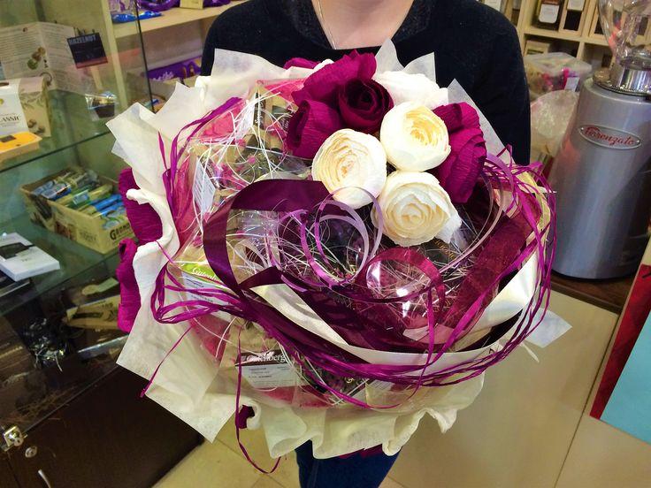 Чайный подарок - это подарок, оформленный в виде цветочного букета, но только составлен он из сладостей и упакован с элитным чаем или кофе.