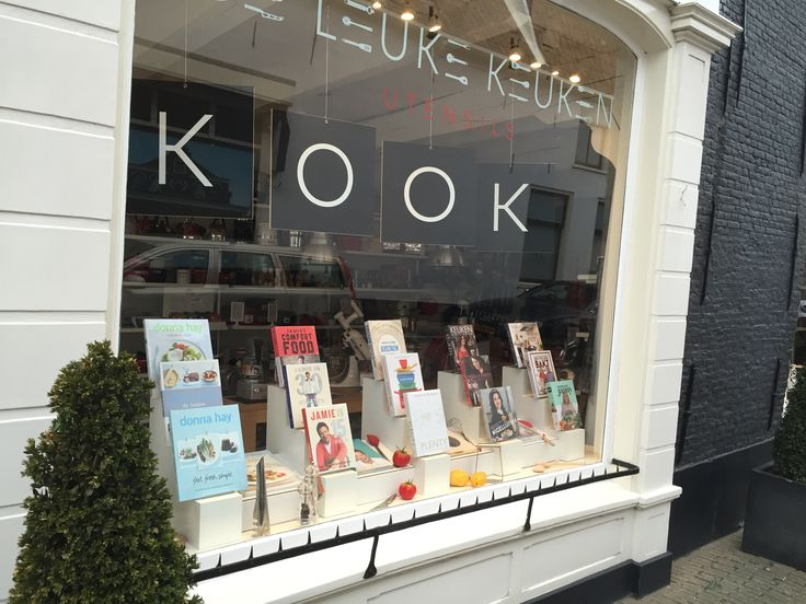 Window display for cook books with rotating boards. COOK BOOK in Dutch is KOOK BOEK. For De Leuke Keuken in Edam the Netherlands. By Man-Made Design Amsterdam.