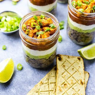 Looking for the perfect grab and go snack this week🏃🏼♀️?? You'll LOVE these Mini 5-Layer Buffalo Chicken Salsa Dip Jars😍! Layers of refried black beans, guacamole, sour cream, salsa and buffalo chicken! Pair this delicious dip with these Sanissimo Salmas oven baked corn crackers. This dip and crackers is a match made in heaven😇. Find the recipe in my bio👉🏻 #ad