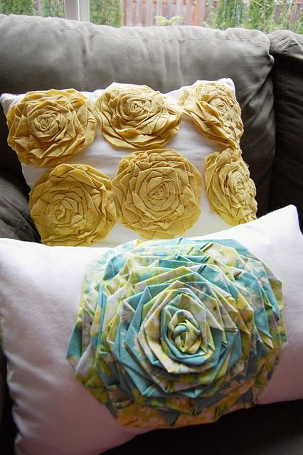 SARAH!!!!!!!!!!: Floral Pillows, Rosette Pillows, Pillows Tutorials, Flowers Pillows, Fabrics Rose, Throw Pillows, Fabrics Flowers, Diy Pillows, Flowers Tutorials