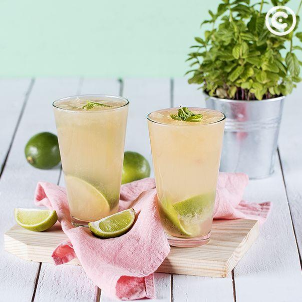 Cocktail de pêssego, lima e vodka. Saiba mais em: https://chef.continente.pt/receitas/cocktail-de-pessego-lima-e-vodka