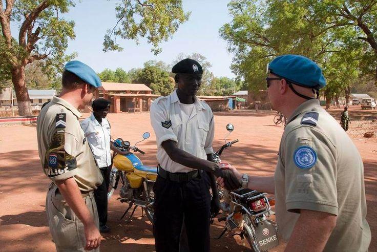 Nederlandse marechaussees praten met een Zuid-Soedanese politieman.