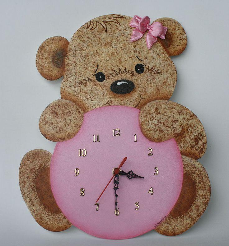 Para controlar o horário das mamadas do seu bebê sugiro este lindo relógio, feito em mdf, pintado à mão, decorado com figura de ursinha. <br>Faço em outras cores e posso colocar também plaquinha com o nome do bebê. <br>Obs:- Para acrescentar placa com nome o valor da peça é R$150,00.