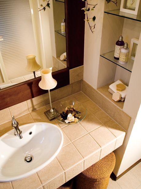 カウンターと同じ柄のアンティークタイルを鏡の枠に埋め込みました。|おしゃれ|造作洗面|洗面室|洗面台|洗面ボウル|収納|タイル|洗面|カウンター|
