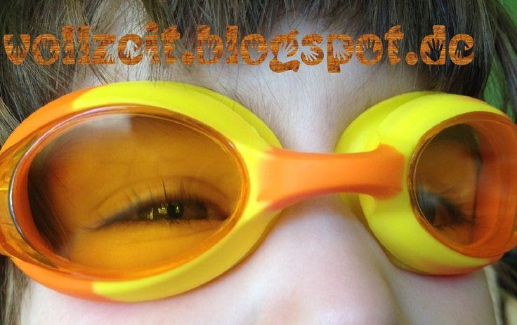 Das ist eine tolle Schwimmbrille für noch sehr kleine Kinder.  Die Brille hat eine gute Qualität und passt sehr gut für unserer 3-jährigen Tochter.   Die Schwimmbrille ist super bequem, sehr angenehm zu tragen und wasserdicht auch.   Die Gläser sind Orangefarbend.