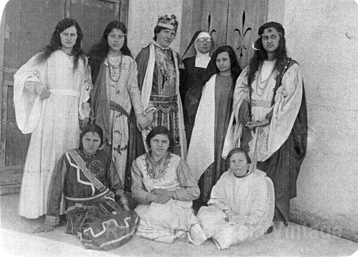 """Mia madre con la corona di Re Erode - Cologne anni 30 Le Filodrammatiche hanno avuto un ruolo importante per il divertimento e per la formazione dei giovani di un tempo. In molti Oratori della Diocesi la """"Commedia"""" era un appuntamento imperdibile, quasi mensile, e le compagnie erano rigorosamente separate fra maschi e femmine. Dei maschi si occupavano i Curati mentre le ragazze erano affidate alle Suore. Qui vediamo un gruppo di ragazze, fra cui mia madre con la corona di Re"""