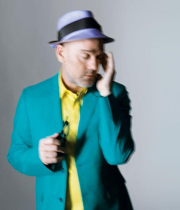 Shiny Happy Man    Die Trends der Saison heißen gewagte Farben, klassische Anzüge und Mut zum Hut. Michael Stipe, Sänger der Band R.E.M., zeigt uns, wie man all das unter eine Kappe bekommt.  Fotos: Marcus Gaab