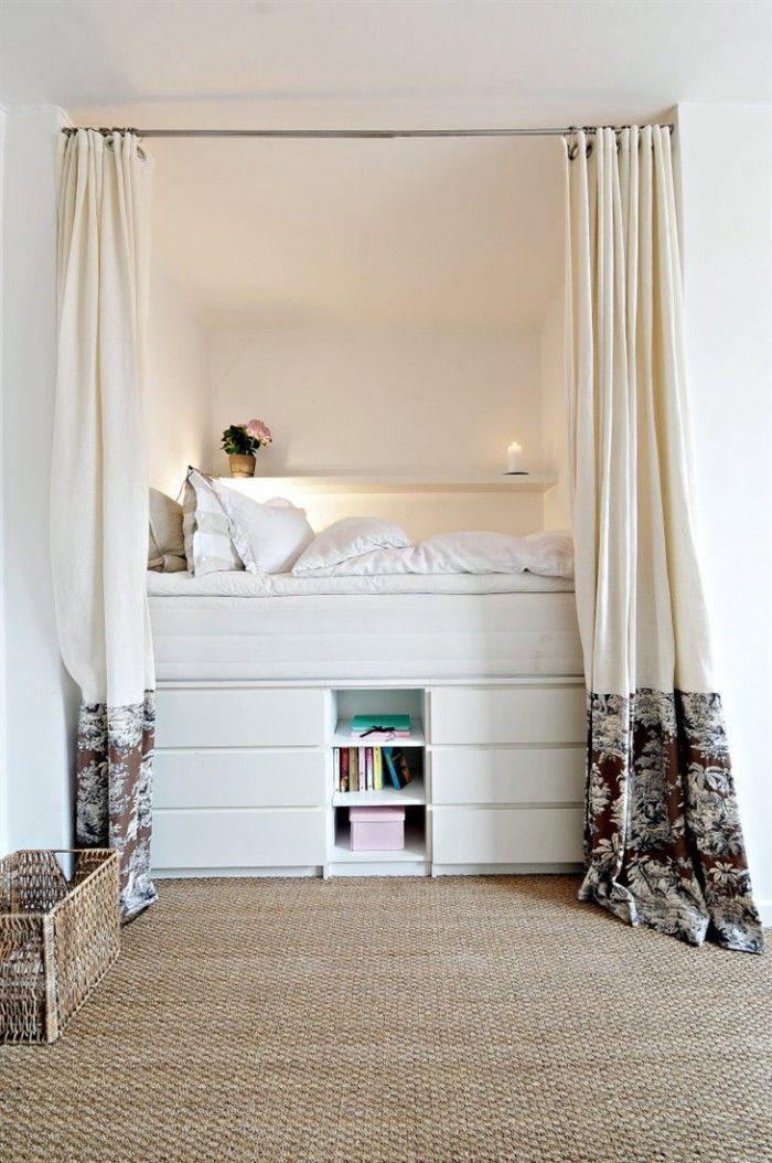 Ruimtebesparend bed, want geplaatst op handige ladekasten. Ook mooi: het sisal op de vloer. Niet van toepassing voor mits, maar wel fraai.
