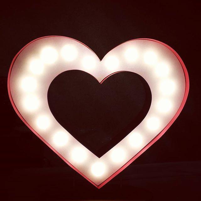 Projektujemy, wymyślamy, wyginamy, prostujemy! I wychodzą różne cuda  Czego więcej trzeba do szczęścia? ❤ #eastlights.com_ #literyzzarowkami #lights #marquee #letters #eastlightscom #bulblights #cinemalightbox  #urodziny #wesele  #dekoracje #slub #design #madeinpoland #handmade #serce