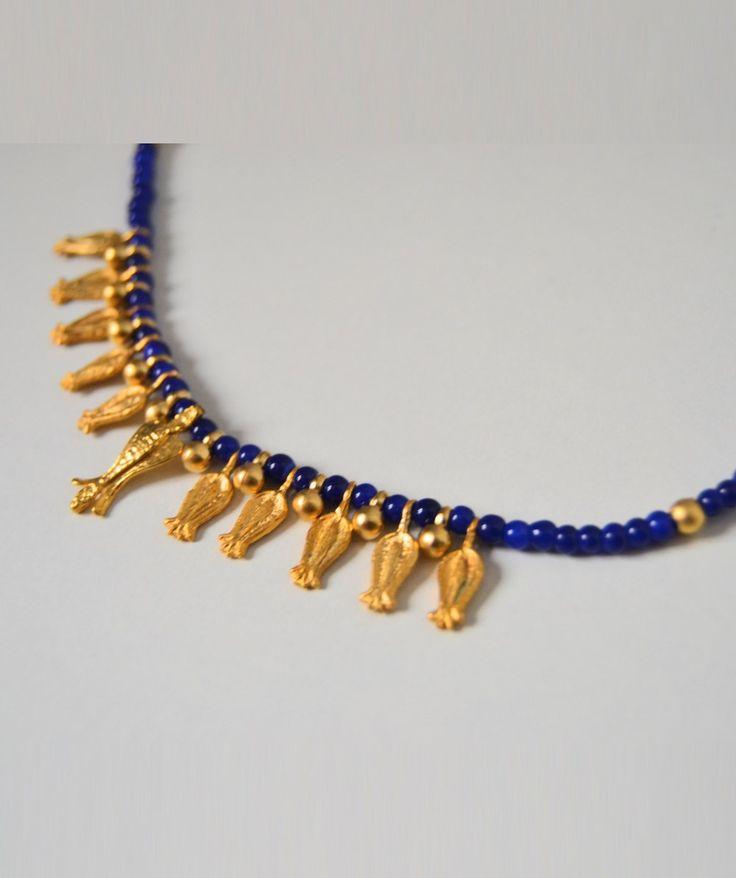 Collar de cuentas con detalles en dorado y azul
