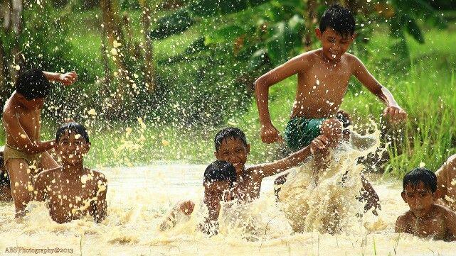 Mandi di empang,sebuah cerita tentang keceriaan anak desa,di daerah lasem rembang