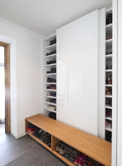 Garderobenschrank mit Schiebetüren - Übersichtlich und gut sortiert