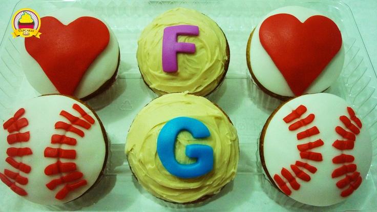 Pedido especial para los mellizos recién nacidos Fiorella y Gabriel. Cupcakes de naranja decorados con fondant y chocolate blanco.by cupcakes de la casa