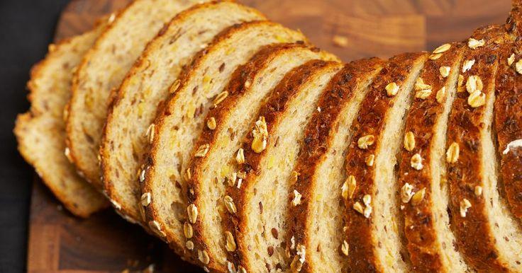 """Melhores substitutos para ovos ao preparar pão. Ovos em receitas de pão geralmente proporcionam um pouco de umidade extra para a massa. A farinha de trigo contém glúten suficiente para eliminar a necessidade de um agente que dê a """"liga"""" (outro papel que os ovos às vezes assumem na culinária), e, para ajudar a massa a crescer, geralmente é usado o bicarbonato de sódio. Isso abre várias ..."""