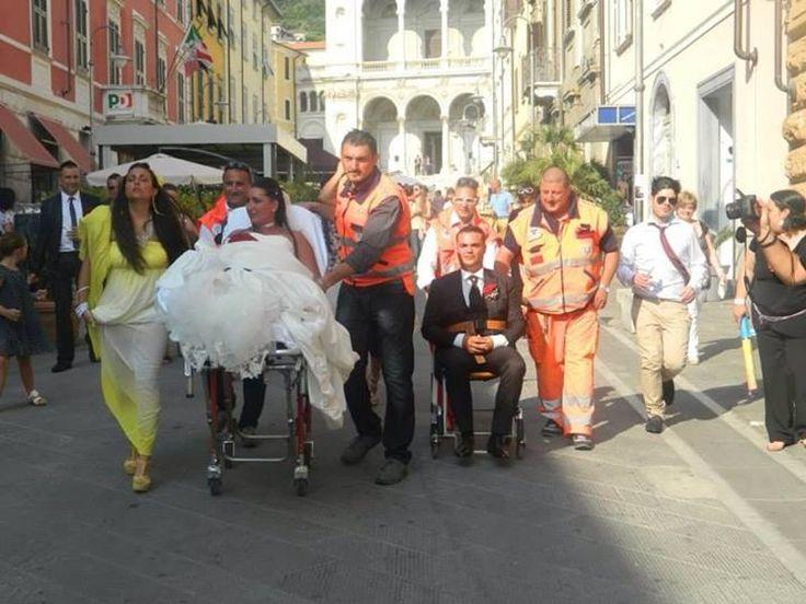 Matrimonio pazzo di Gabriele Lenzotti e Valentina Ginebri a Massa: lei in barella lui in ambulanza