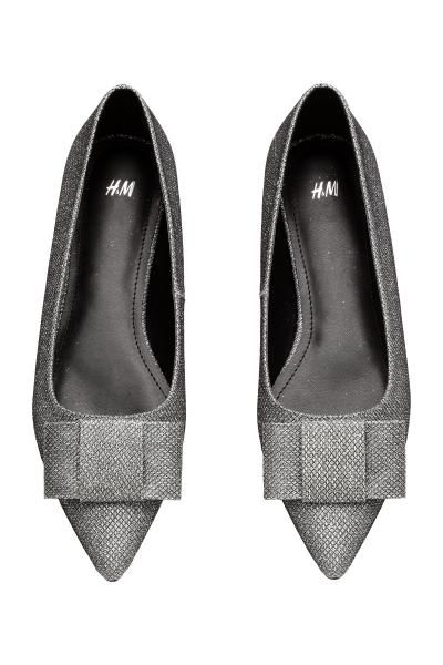 Pointed flats with a bow: Pointed flat shoes in glittery imitation leather with pointed toes and a bow at the front. Imitation leather linings and insoles and rubber soles.