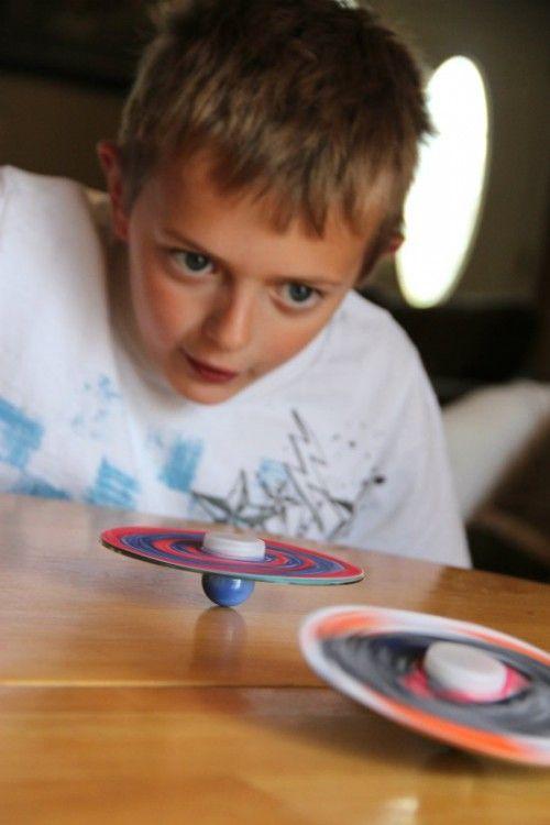 leuk voor jongens om te maken een spinner. CD met een tekening van papier erop ene kant een flessendop en andere kant een knikker voila