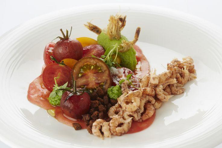Een overheerlijke tomaat garnaal met groene gazpacho en pesto, die maak je met dit recept. Smakelijk!