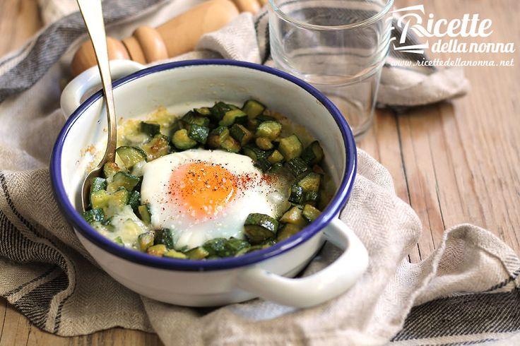 Le uova al forno con le zucchine sono una ricetta semplicissima da preparare con la quale risolvere una cena in modo gustoso e leggero.