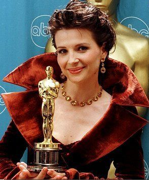 Juliette Binoche with her Oscar for The English Patient