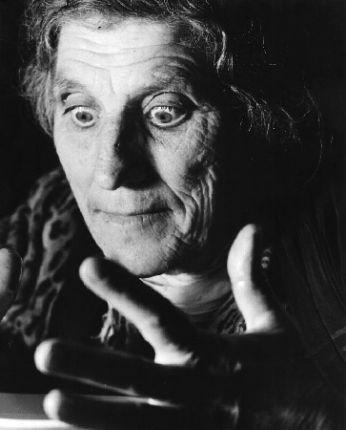 Federico Patellani, Benevento. La strega Maria Domenica compie un esorcismo, 1952
